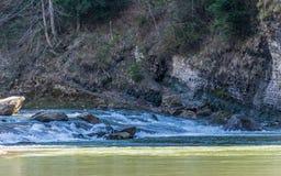 Ροή και βράχοι ποταμών βουνών στοκ εικόνα με δικαίωμα ελεύθερης χρήσης