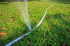 Ροή νερού που διαρρέει από τη λαστιχένια χρήση σωλήνων γραμμών για εκτός από το αεροπλάνο στοκ φωτογραφία