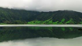 Ροή ομίχλης πέρα από το βουνό και τη λίμνη στον κρατήρα ηφαιστείων φιλμ μικρού μήκους