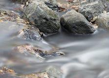 ροή πέρα από το ύδωρ βράχων στοκ εικόνες με δικαίωμα ελεύθερης χρήσης