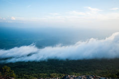 Ροή της υδρονέφωσης στο βουνό, εθνικό πάρκο Phukradung, Ταϊλάνδη Στοκ Φωτογραφίες