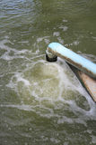 Ροή του νερού αποβλήτων από τον υδροσωλήνα στοκ φωτογραφίες