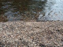 Ροή του νερού πέρα από το βράχο και τις πέτρες με την κυματιστή σύσταση, τοπίο φύσης στοκ φωτογραφία με δικαίωμα ελεύθερης χρήσης