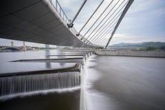 Ροή του νερού στο φράγμα Putrajaya Στοκ Φωτογραφίες