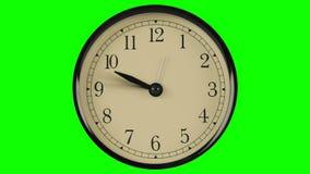 Ροή του χρόνου που καταδεικνύεται στο ρολόι με τα γρήγορα κινούμενα χέρια ενάντια σε πράσινο απόθεμα βίντεο