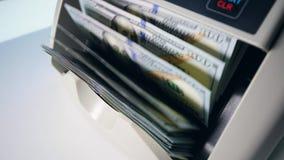 Ροή των λογαριασμών δολαρίων μέσα μιας μηχανής υπολογισμού φιλμ μικρού μήκους