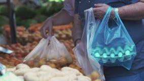 Ροδάκινα και πλαστικές τσάντες φιλμ μικρού μήκους