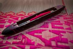 Ροδανιλίνης saree Jamdani ρόλων χέρι-αργαλειών ταλάντευσης Στοκ Φωτογραφία