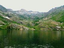 Ροδοκόκκινη λίμνη βουνών στοκ εικόνες
