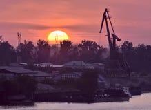 Ροδοκόκκινο ηλιοβασίλεμα στον ποταμό Ob στο Novosibirsk στοκ εικόνες