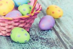 ροζ αυγών Πάσχας καλαθιών Στοκ Φωτογραφία