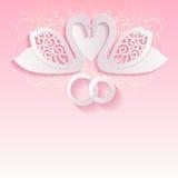 Ροζ γαμήλια κάρτα με τους κύκνους και τα συνδυασμένα γαμήλια δαχτυλίδια διανυσματική απεικόνιση