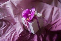 Ροζ γαμήλιων κιβωτίων με τη ορχιδέα Στοκ εικόνες με δικαίωμα ελεύθερης χρήσης