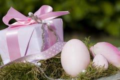 ροζ δώρων αυγών Πάσχας τόξων Στοκ φωτογραφία με δικαίωμα ελεύθερης χρήσης