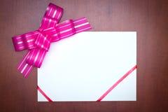 ροζ εγγράφου καρτών τόξων Στοκ φωτογραφία με δικαίωμα ελεύθερης χρήσης