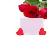Ροζ κάρτα για τους χαιρετισμούς, καρδιές και κόκκινα τριαντάφυλλα, που απομονώνονται Στοκ εικόνες με δικαίωμα ελεύθερης χρήσης