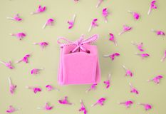 Ροζ κάρτα δώρων σε ένα γκρίζο υπόβαθρο με τα λουλούδια Όμορφο λεπτό δώρο στοκ εικόνα με δικαίωμα ελεύθερης χρήσης