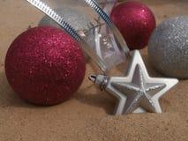 Ροζ και ασήμι σφαιρών Χριστουγέννων Στοκ εικόνα με δικαίωμα ελεύθερης χρήσης