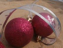 Ροζ και ασήμι σφαιρών Χριστουγέννων Στοκ Εικόνες