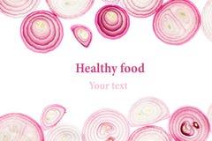 ροζ κρεμμυδιών που τεμα&chi απομονωμένος Φέτες πρότυπο διάστημα πλαισίων αντιγράφων Στοκ Εικόνες