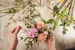 Ροζ λουλουδιών και σύνθεση κρητιδογραφιών στα θηλυκά χέρια Στοκ Εικόνες
