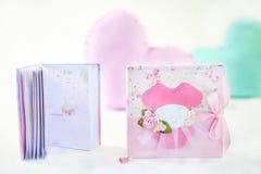 Ροζ με ροδαλό χειροποίητο σχεδίων και υφαντικό ημερολόγιο κοριτσιών ` s διακοσμήσεων με τα λουλούδια και τόξο στη σελίδα κάλυψης Στοκ Φωτογραφία