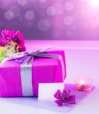 Ροζ παρόν με την ανθοδέσμη λουλουδιών Στοκ εικόνες με δικαίωμα ελεύθερης χρήσης