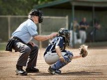 Ρολόγια εποπτών πίσω από catcher ως απεργίες κτυπήματος στοκ φωτογραφία