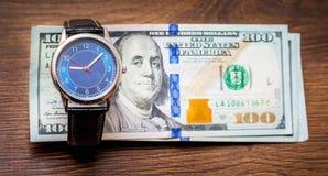 Ρολόγια και αμερικανικά δολάρια Χρόνος να αποκτηθεί ένας μισθός Χρόνος να πληρωθούν μακριά τα χρέη Ο χρόνος είναι money_ στοκ φωτογραφίες με δικαίωμα ελεύθερης χρήσης