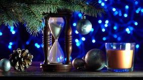 Ρολόι άμμου που δείχνει το χρόνο που παραμένει μέχρι τα Χριστούγεννα, παιχνίδια των χειμερινών διακοπών απόθεμα βίντεο