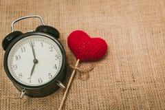 Ρολόι αγάπης στο ρολόι 7 ο `, χρόνος της γλυκιάς ιστορίας μνημών περασμάτων αγάπης στοκ εικόνα με δικαίωμα ελεύθερης χρήσης