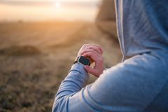 Ρολόι για τον αθλητισμό με το smartwatch Κατάρτιση Jogging για το μαραθώνιο στοκ εικόνα με δικαίωμα ελεύθερης χρήσης