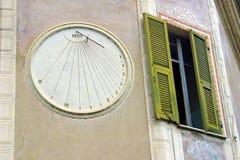 ρολόι δίπλα στο παράθυρο στοκ φωτογραφίες