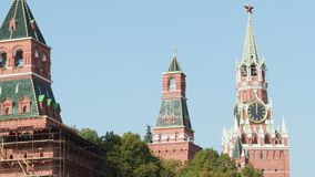 Ρολόι δώδεκα ο ` στον πύργο λυτρωτών Spasskaya της Μόσχας Κρεμλίνο φιλμ μικρού μήκους