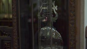 Ρολόι εκκρεμών με το χτύπημα στο εκλεκτής ποιότητας εσωτερικό σχέδιο Αρχαίο ρολόι με στενό επάνω εκκρεμών Εσωτερικός και αναδρομι φιλμ μικρού μήκους