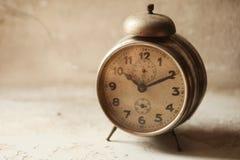 ρολόι επάνω στα ίχνη Στοκ εικόνες με δικαίωμα ελεύθερης χρήσης