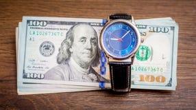 Ρολόι και αμερικανικά δολάρια Χρόνος να αποκτηθεί ένας μισθός Χρόνος να πληρωθούν μακριά τα χρέη Ο χρόνος είναι money_ στοκ φωτογραφία με δικαίωμα ελεύθερης χρήσης