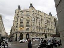 Ρολόι με τον κτύπο συν το υπερβολικό κτήριο - Groupama - Μαδρίτη Ισπανία Στοκ φωτογραφίες με δικαίωμα ελεύθερης χρήσης