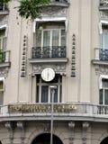 Ρολόι με τον κτύπο συν το υπερβολικό κτήριο - Groupama - Μαδρίτη Ισπανία Στοκ εικόνα με δικαίωμα ελεύθερης χρήσης