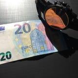 Ρολόι πάνω από τα χρήματα στοκ φωτογραφία με δικαίωμα ελεύθερης χρήσης