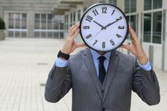 Ρολόι που δίνει την πίεση σε έναν εργαζόμενο στοκ εικόνες με δικαίωμα ελεύθερης χρήσης