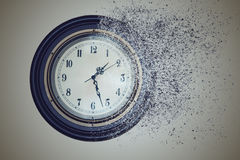 Ρολόι που καταστρέφεται μέχρι το χρόνο στην άμμο Ο χρόνος έννοιας τρέχει έξω Στοκ Φωτογραφίες