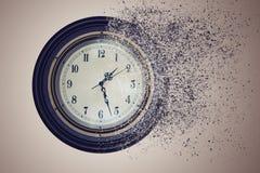 Ρολόι που καταστρέφεται μέχρι το χρόνο στην άμμο Ο χρόνος έννοιας τρέχει έξω Στοκ Εικόνα