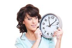 ρολόι που φαίνεται καλυμμένη γυναίκα στούντιο smiley Στοκ φωτογραφία με δικαίωμα ελεύθερης χρήσης