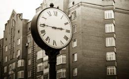 Ρολόι πόλεων σε ένα δημόσιο πάρκο που γίνεται κάτω από την αρχαιότητα Στοκ εικόνες με δικαίωμα ελεύθερης χρήσης