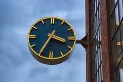 Ρολόι στην πρόσοψη οικοδόμησης Στοκ Εικόνα