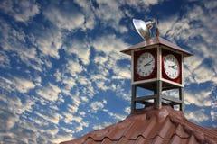 Ρολόι στη στέγη του πύργου επάνω με το μπλε ουρανό Στοκ εικόνα με δικαίωμα ελεύθερης χρήσης