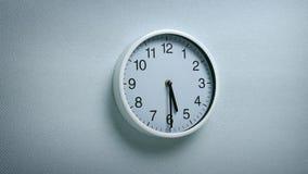 5 ρολόι 30 στον τοίχο απόθεμα βίντεο