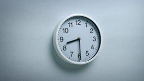 8 ρολόι 30 στον τοίχο απόθεμα βίντεο