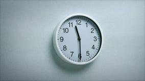 11 ρολόι 30 στον τοίχο απόθεμα βίντεο